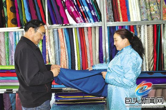 这不,这一次得知娜仁花阿姨举办蒙古族服饰制作培训班,他就赶紧报名