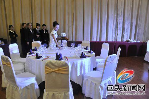 近50名选手参加了中餐厅摆台,西餐厅摆台,中式铺床三大项目的比赛.图片