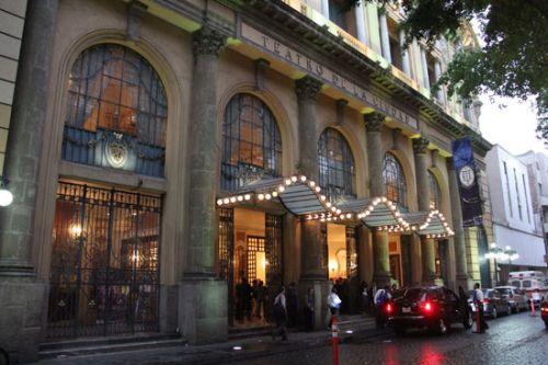 演出开始前,墨西哥城城市剧院外嘉宾与观众陆续抵达.王骁波摄