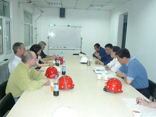 驻站博士后研究人员与国外引智专家进行现场技术交流