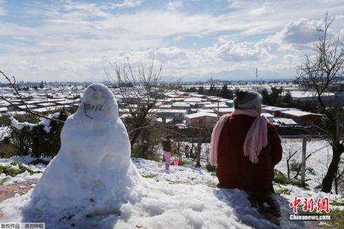罕见的降雪,让不少民众尤其是孩子们喜出望外,堆起雪人。