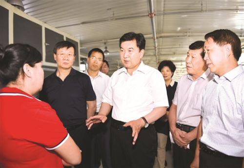 张院忠调研固阳县脱贫攻坚工作。 记者 吴杰 摄
