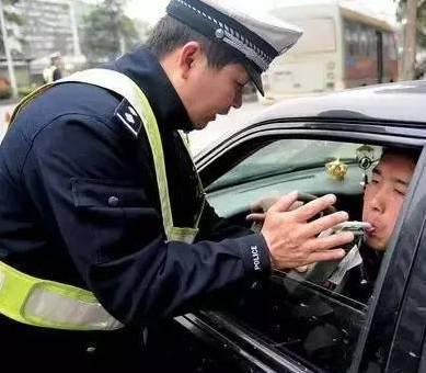 吊销驾照和撤销驾照有什么区别 或不用重考