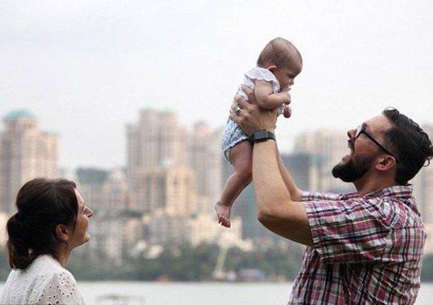 夫妇俩花费35万让印度妇女代孕,生下孩子后,却不能和孩子团聚!
