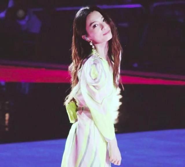 何炅和李维嘉为她落泪, 单飞七年, 成为最亮眼的女神!