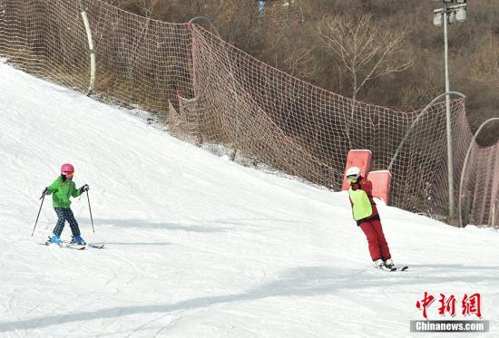"""""""冰雪大篷车""""还会将冰雪运动送到家门口,开展冬季冰雪项目宣讲及体验活动、旱地冰球体验及比赛、冰蹴球体验及比赛、简易冰上体验课堂等。在长辛店镇辛庄和王佐镇南宫举办的""""冰雪嘉年华""""专场活动将开展冰雪足球赛、冰雪接力赛、冰雪拔河等趣味冰雪运动。在莲花池公园和丰台花园开展的""""市民嬉冰乐""""活动,利用公园冰冻湖面,通过冰车、冰爬犁、冰橇等传统冰上项目,让市民重温童年冬日旧时光。<a target='_blank' href='http://www.chinanews.com/' >中新网</a>记者 翟璐 摄"""