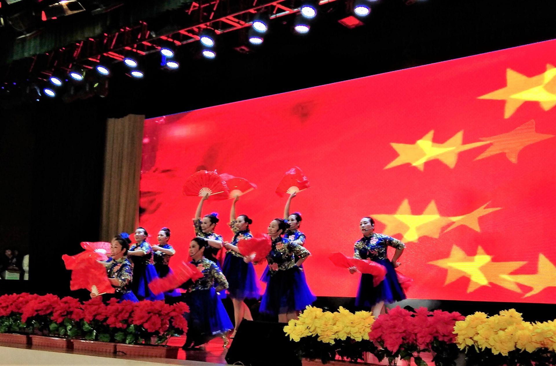 演出现场,京剧,古筝等传统中国风节目让人叫好,印度舞,动感秀舞等现代