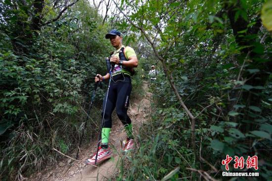 9月14日,2014ASICS亚瑟士北京山地马拉松赛在西山国家森林公园开赛。在42.195公里的赛道中包括了盘山公路、碎石路、山林小径、台阶等各种路况,赛事吸引了千余名长跑及越野跑爱好者参与。<a target='_blank' href='http://www.chinanews.com/'>中新社</a>发 富田 摄