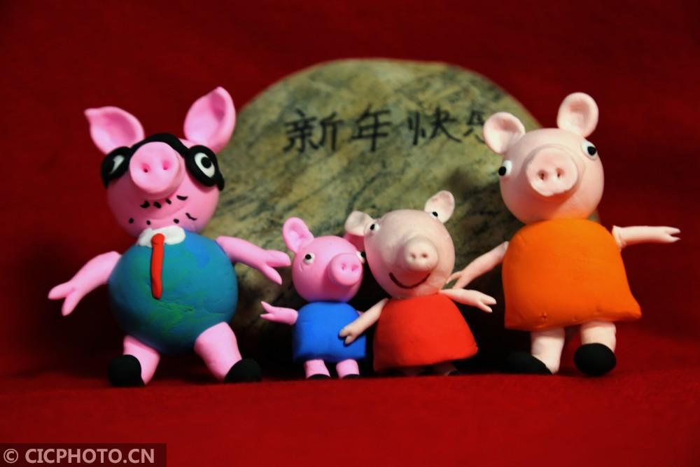 甘肃张掖:手工制作小猪佩奇迎新年