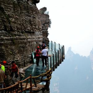 国内最长悬空玻璃栈道位于河北省保定涞源县白石山景区,长95米左右