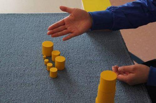 源稿库  通过操作教具,我们可以对彩色圆柱体进行垂直积高,排序,创意